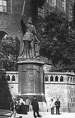 Памятник кайзеру Вильгельму у стен Королевского замка сохранился и после штурма города (сверху - 1930-годы, снизу - 1946-й)