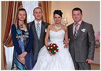 Участники торжества (слева направо): свидетель Лариса Бородина, жених Андрей и невеста Наташа, свидетель Борис