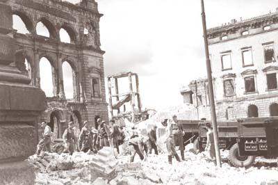 Калининград, 1967 год. Солдаты сносят здание правительства Восточной Пруссии