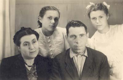 Зиновий Никонович, Галина Дмитриевна, Варвара и Раиса Беляевы. Начало 50-х годов