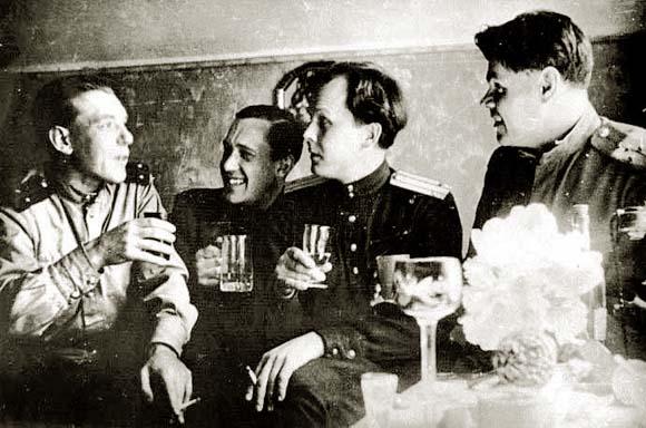Александр Твардовский (второй справа)