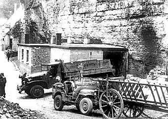 """Грузовик секретной американской миссии """"Alsos"""" перед подвалом в Хайгерлох. Лаборатория была разобрана и вывезена в США. Апрель 1945 года"""