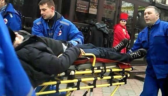 """..15 часов 20 минут. Бригада """"Скорой помощи"""" увозит раненого Рудникова, фото В. Ламсаргите"""