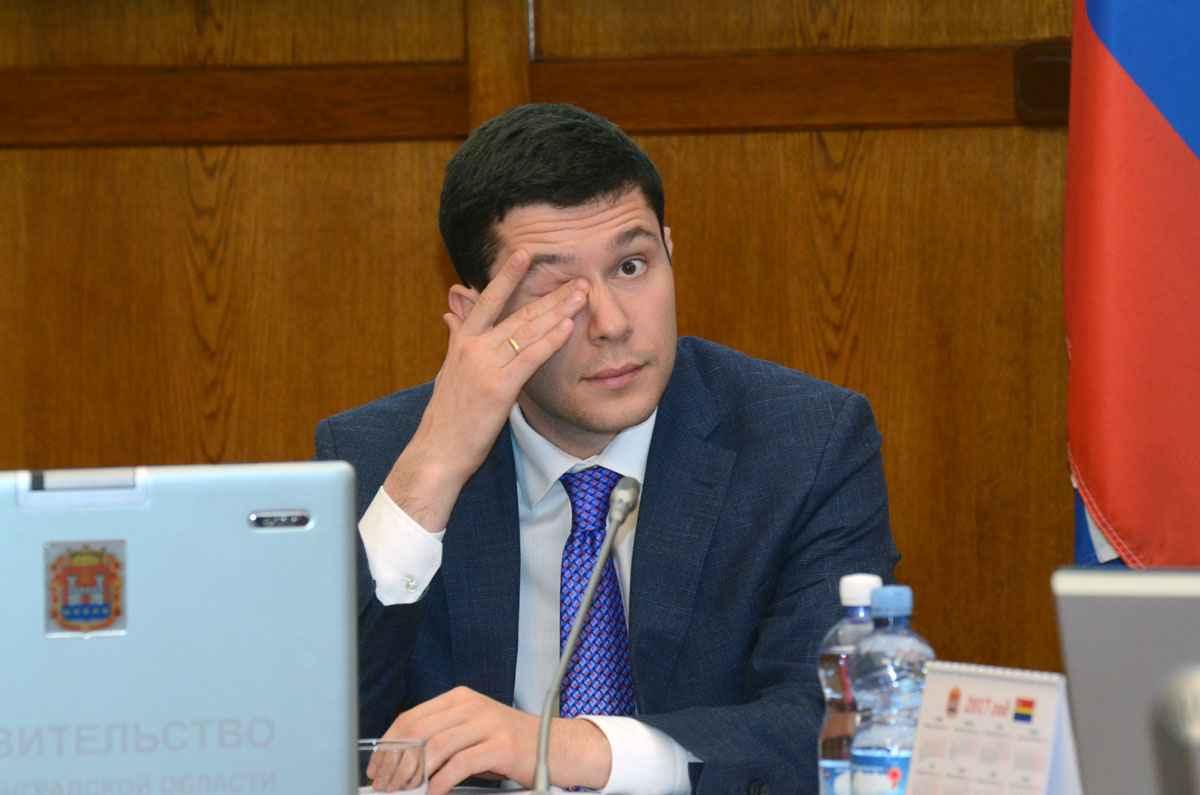 Губернатор Алиханов трёт глаз