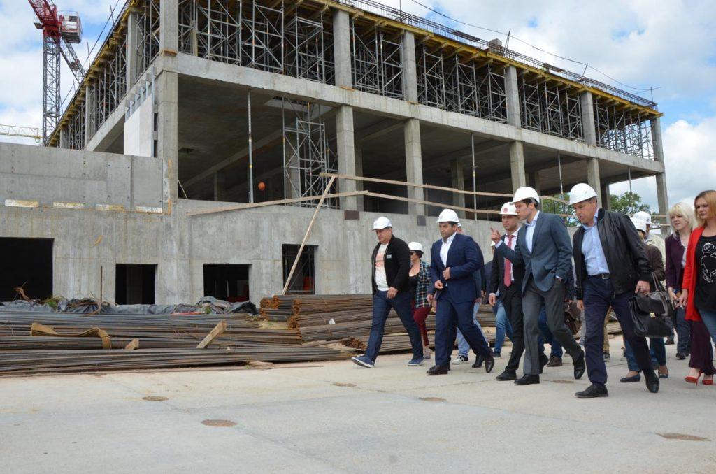 чиновники на стройплощадке онкоцентра
