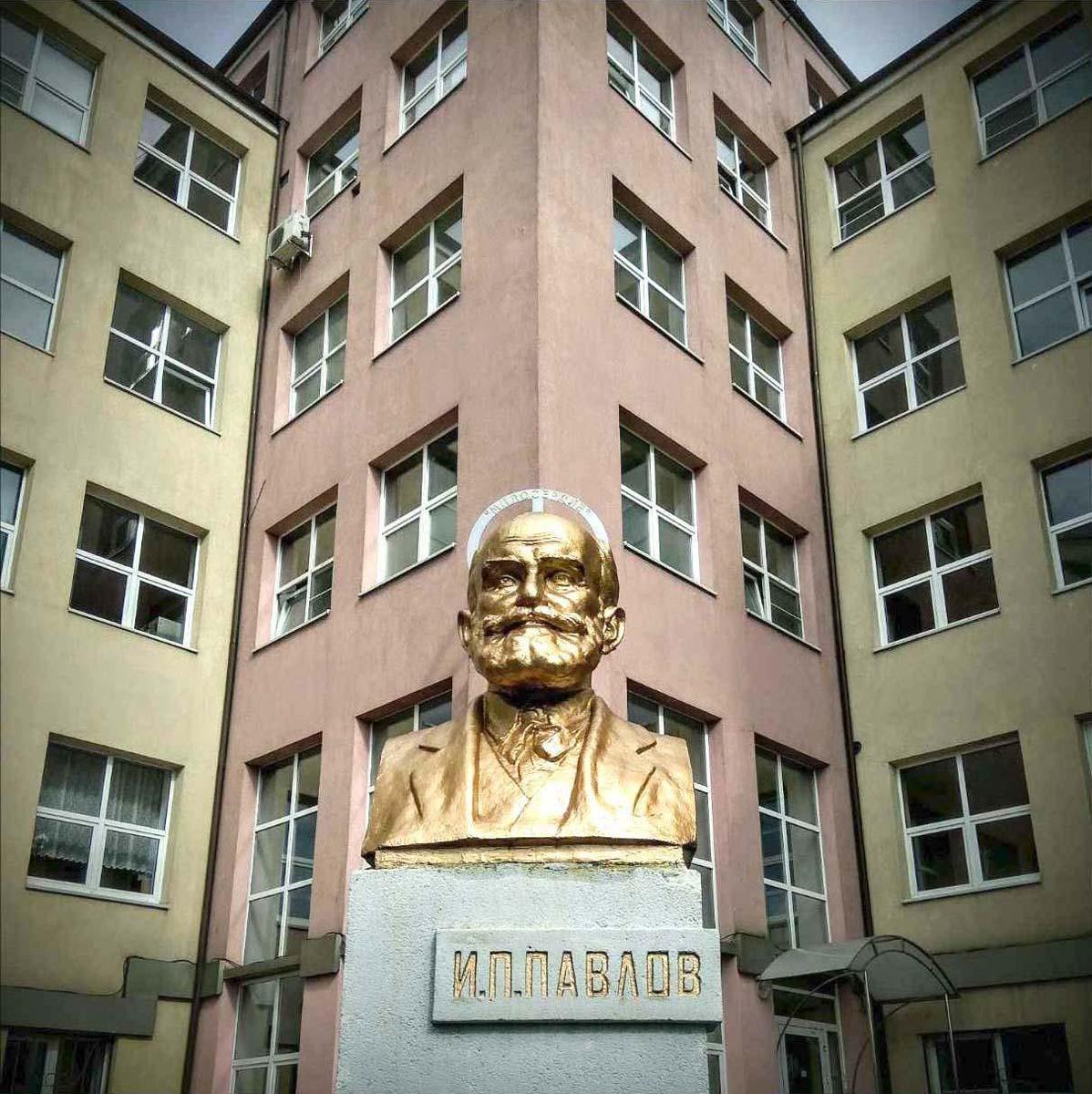 бюст Павлова возле Калининградской областной клинической больницы