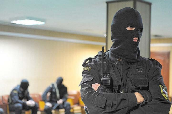 сотрудник ФСБ в маске