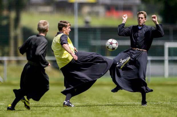 Попы играют в футбол