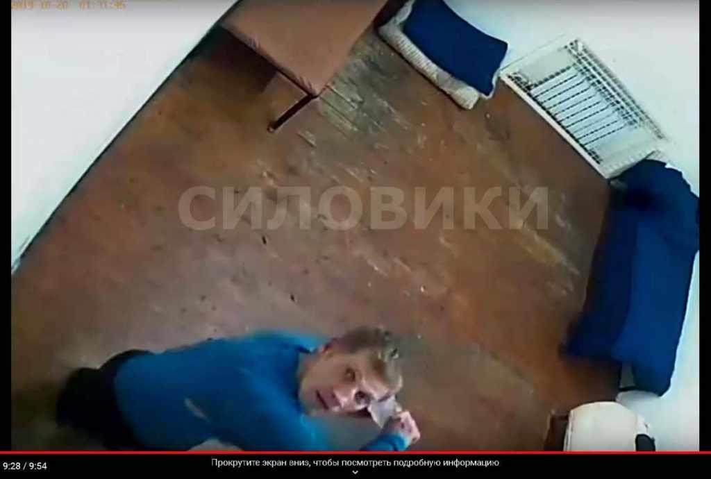 футболист Иван Вшивков замахивается бутылкой в камеру
