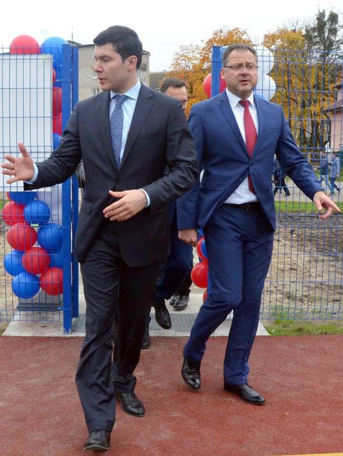 губернатор Алиханов на спортивной площадке