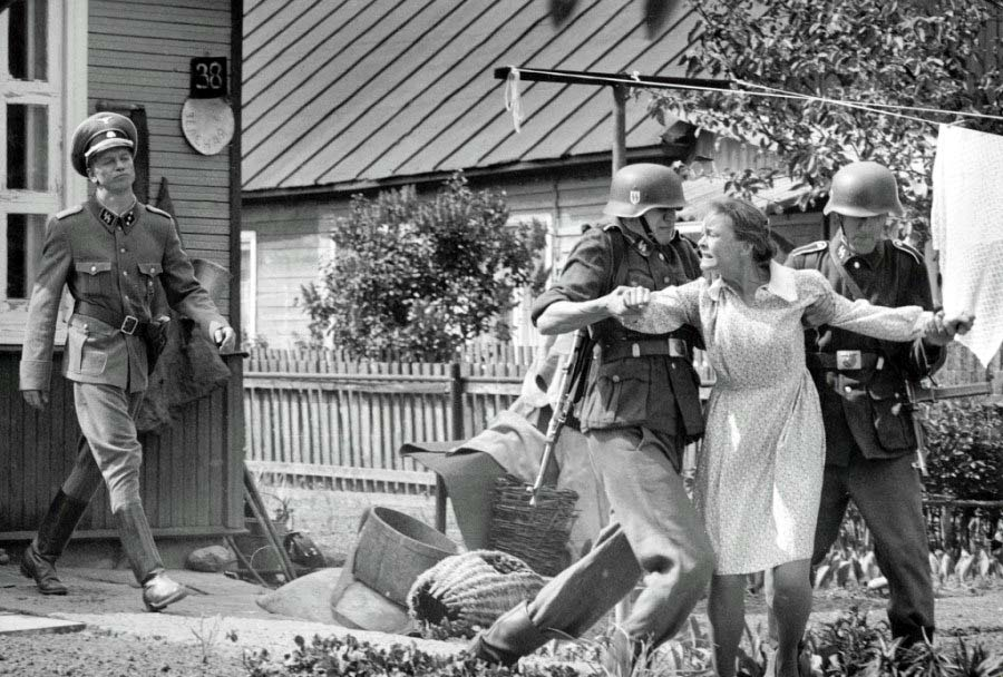 фашисты уводят женщину