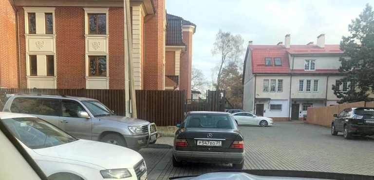 адвокат Зарицкий перегородил машиной выезд