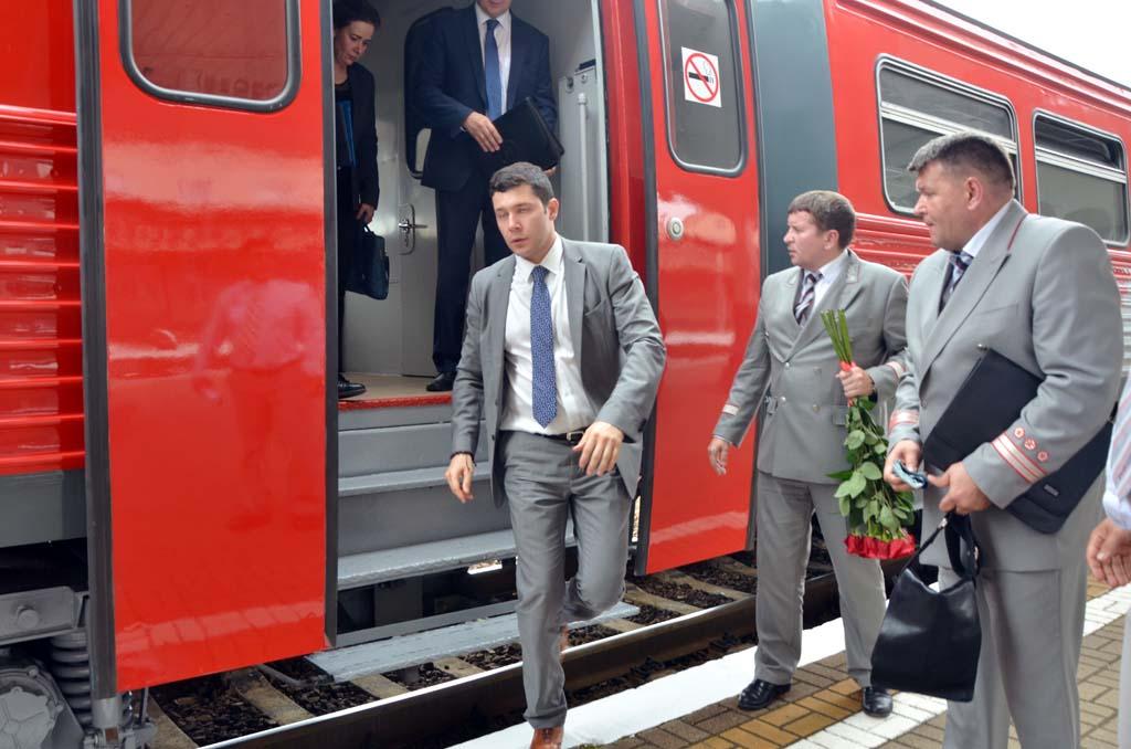 губернатор Алиханов выходит из поезда