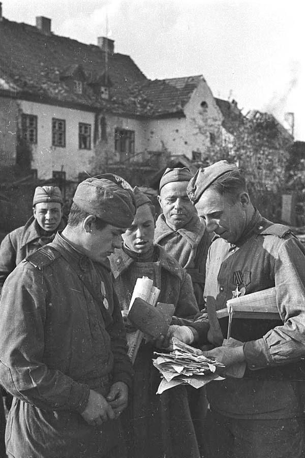 солдаты разбирают письма