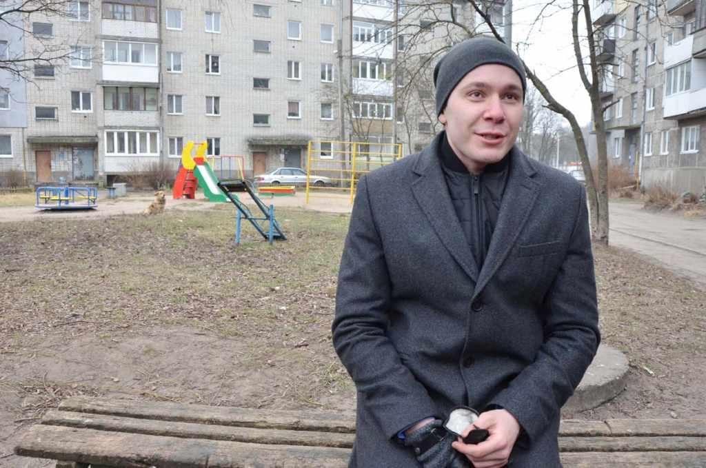 Губернатор Антон Алиханов во дворе на скамейке