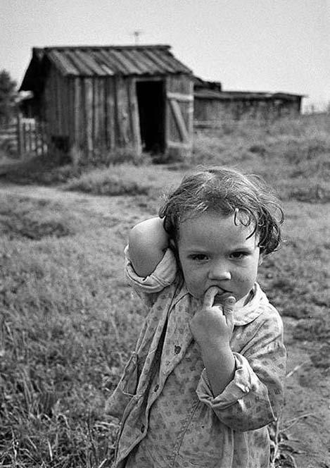 девочка в деревне