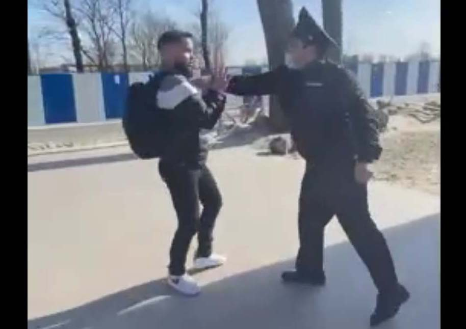 Майор полиции Григор Вердян хватает нарушителя режима самоизоляции. Зеленоградск, 11 апреля 2020