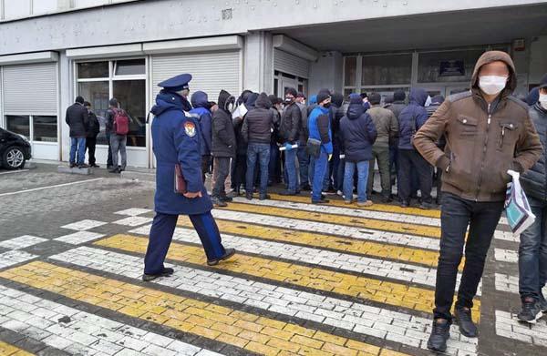 толпа гастарбайтеров возле имиграционного отдела. Калининград, карантин, самоизоляция