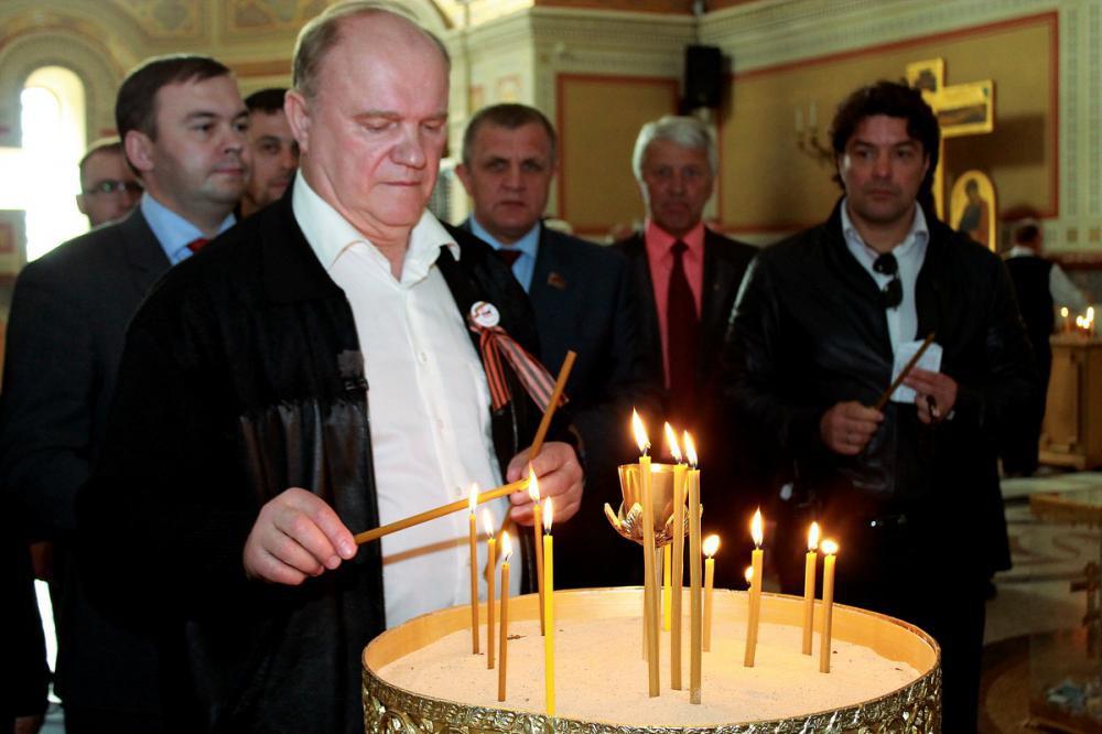 Зюганов в церкви ставит свечку