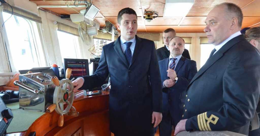 Губернатор Алиханов за штурвалом