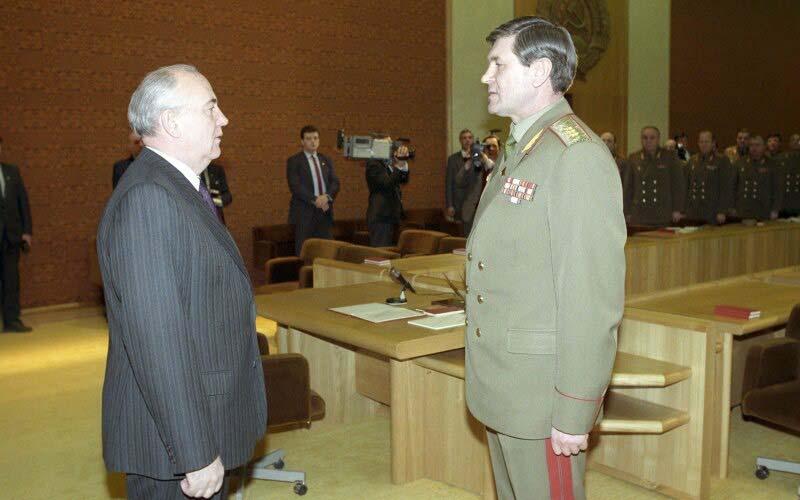 Михаил Горбачёв Литва встреча с советским генералитетом в здании Верховного Совета Литовской ССР