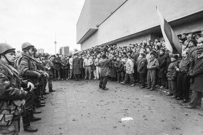 Литва Дом печати советские солдаты и жители Вильнюса