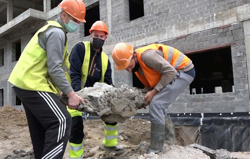 строители изображают работу