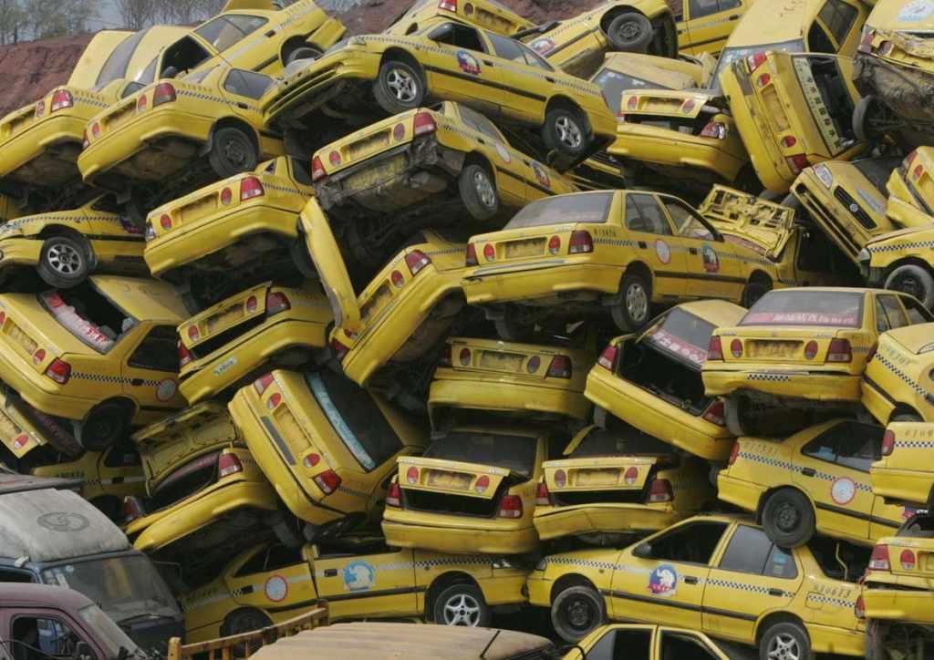 свалка автомобилей такси