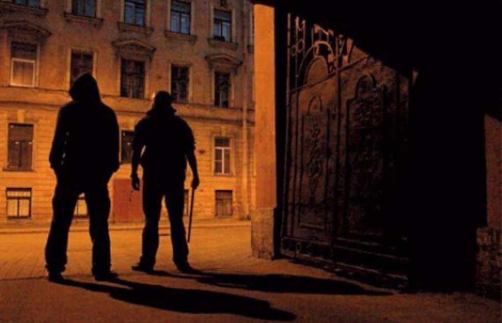 бандиты в тёмном переулке