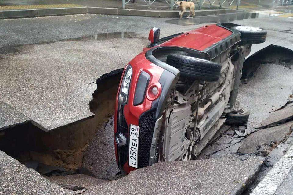 Калининград Теннистая аллея провалился автомобиль